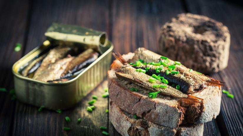 konzerva, sardinky, chlieb