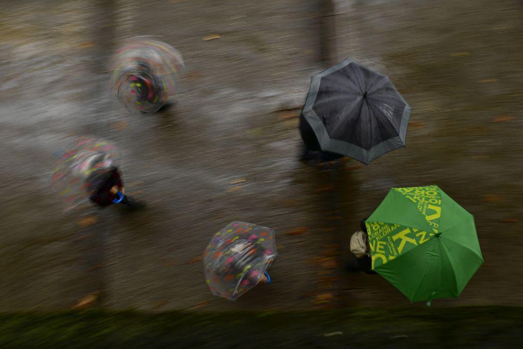 Španielsko, dážď, dáždniky, počasie, prší, Pamplona