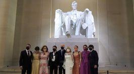 Americký prezident Joe Biden a prvá dáma Jill Biden (v strede) s členmi rodiny pózujú fotografom.