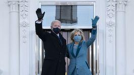 Nový americký prezident Joe Biden a prvá dáma Jill Biden pred Bielym domom.
