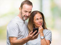 manželia, penzisti, prekvapenie, rozmýšľanie, mobil, podvádzanie, rozvod