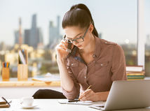 žena, práca, telefonovanie, písanie, kancelária