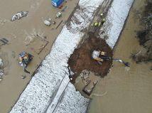 Na rieke Laborec sa narušila hrádza, podarilo sa ju sanovať