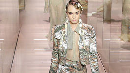 Modelka Cara Delevingne na prehliadke Fendi Haute Couture v Paríži.