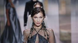 Topmodelka Bella Hadid na prehliadke Fendi Haute Couture Jar-Leto 2021 v Paríži.
