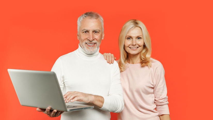 rodičia, penzisti, notebook, úsmev