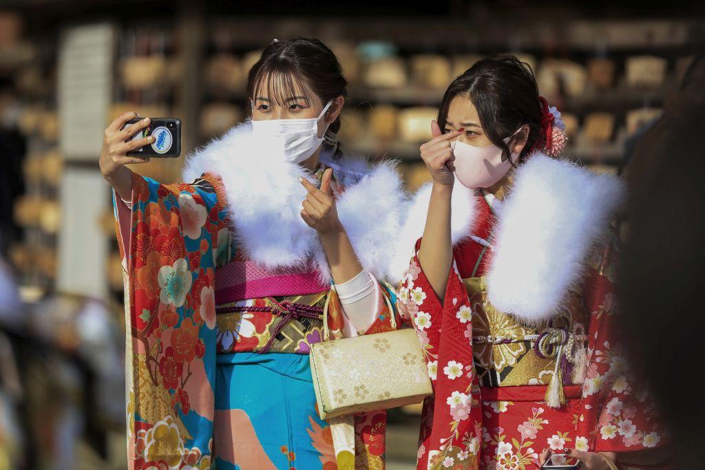 Japonsko, vírus, koronavírus, Covid, rúško, fotenie, mobol, selfie