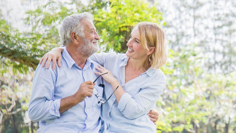 manželia, seniori, objatie, radosť, príroda