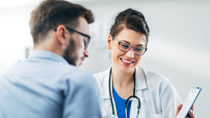 doktor, pacient, úsmev, dobrá správa, ukazovanie