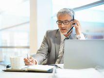 pracujúci penzisti, senior, telefonovanie
