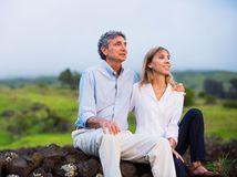 seniori, manželia, úsmev, príroda, objatie, relax, oddych