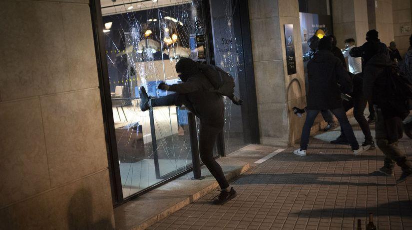 """""""V centre Barcelony pokračuje stavanie barikád..."""