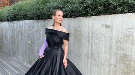 Herečka Sarah Paulson v šatách z dielne značky Prada.