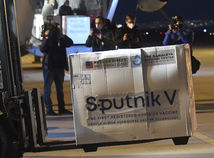 Vakcínu si zatiaľ nevyberiete. Môže vám Sputnik komplikovať cestu cez hranice?