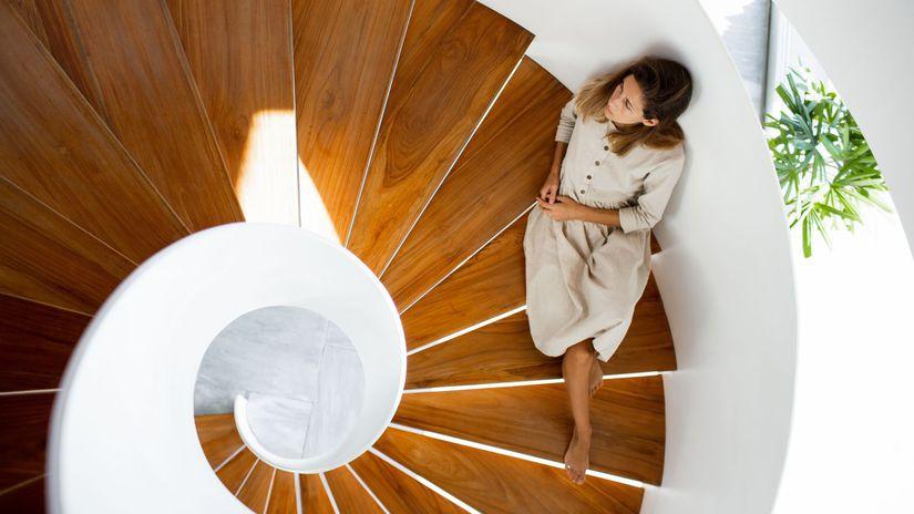schody, schodisko, točité schody, žena