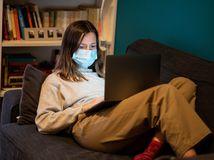 žena, rúško, choroba, karanténa, práca, home office
