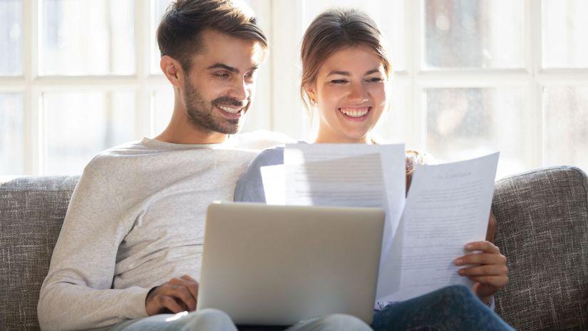 manželia, úsmev, radosť, papiere
