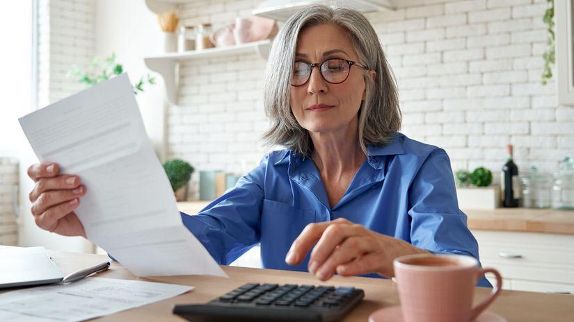 žena, dôchodkyňa, papier, kalkulačka