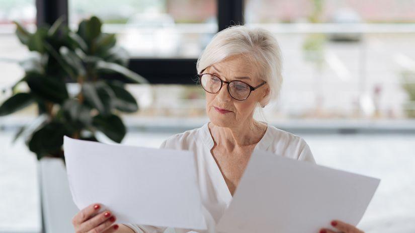 žena, dôchodkyňa, papiere, rozmýšľanie,...