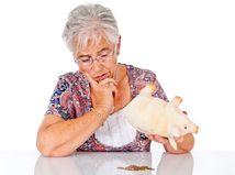 dôchodkyňa, peniaze, problém, dlhy