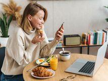home office, žena, práca, raňajky, radosť