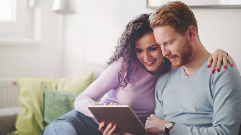 manželia, objatie, láska, radosť, domov, tablet