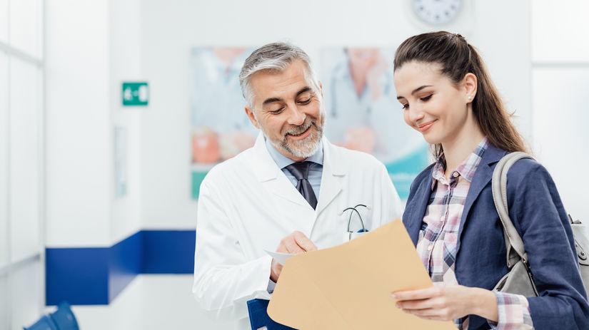 doktor, pacientka, úsmev