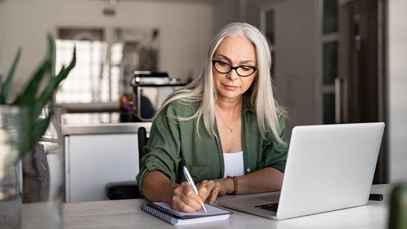žena, práca, home office, rozmýšľanie, písanie
