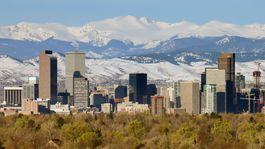 Denver v štáte Colorado je obklopený pohorím Rocky Mountains s najvyšším vrchom Mount Elbert vo výške 4 401 metrov.