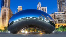 Obľúbená atrakcia Chicaga - Oblačná brána, prezývaná pre svoj tvar The Bean – Fazuľa.