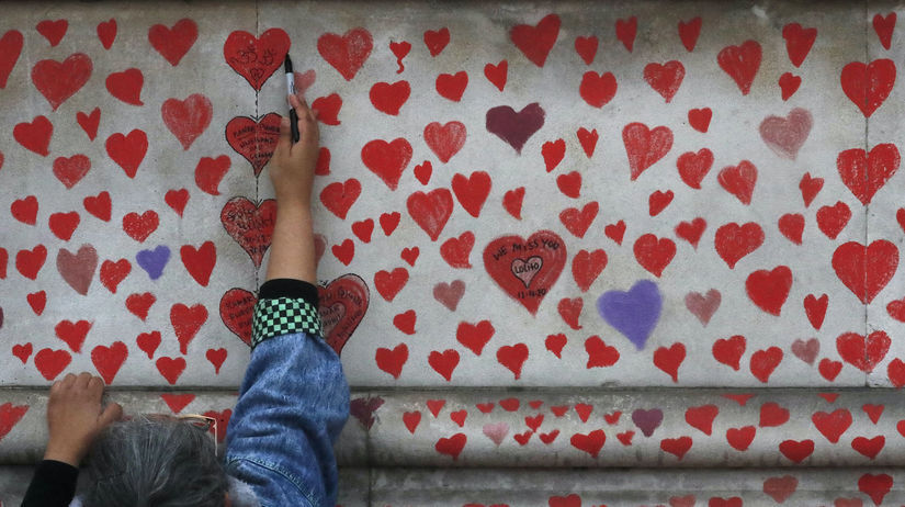 Británia, Londýn, koronavírus, srdcia, stena
