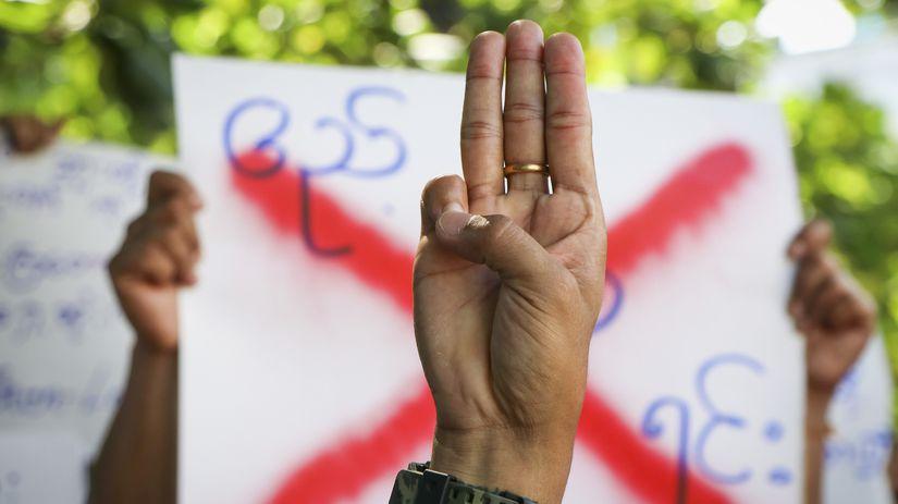 Mjanmarsko / Protesty / Tri prsty /