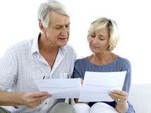 seniori, manželia, papiere, sústredenie, čítanie