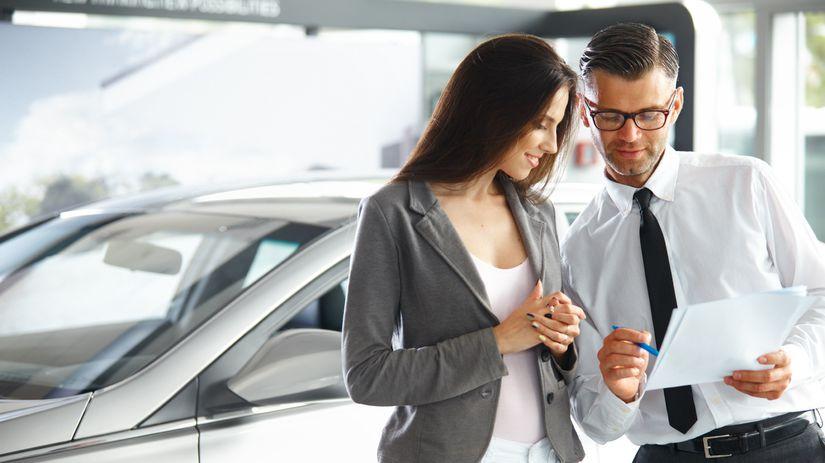 žena, auto, kúpa auta, zmluva, papiere,...