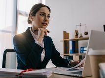 žena, kancelária, práca, právnička, rozmýšľanie, snívanie, pero