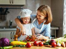dieťa, mama, šalát, zelenina, kuchyňa, zdravá strava
