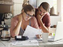 manželia, kuchyňa, papiere, rozmýšľanie, problémy, dlhy
