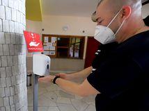 Testy potvrdili 343 infikovaných, počet hospitalizovaných klesol o 82