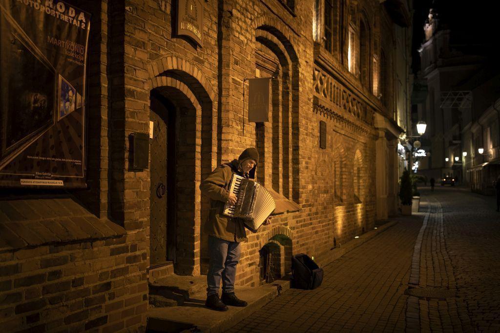 Litva, harmonikár, akordeón