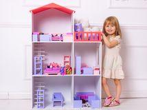 dieťa, dievčatko, domček pre bábiky, veľký dom