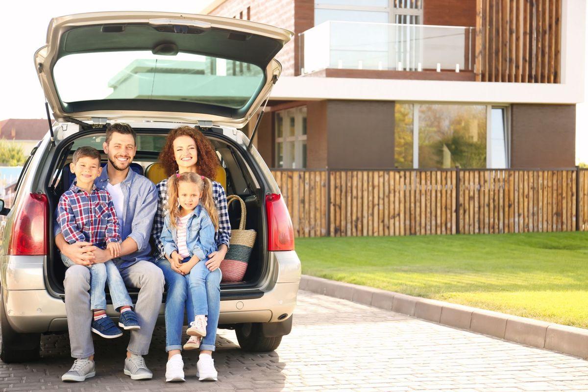 rodina, auto, kufor, úsmev