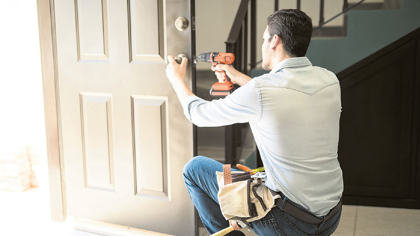 dvere, muž, montáž