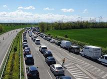 Nedeľa popoludnie, zápchy na hraniciach s Rakúskom