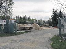 Projekt Hamšíkovcov zmeniť dedinské ihrisko na moderný štadión vyvoláva rozruch