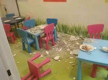 V bratislavskej škôlke spadla zo stropu na deti omietka