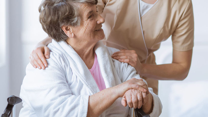 dôchodkyňa, opatrovanie, sestrička