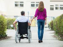 párik, manželia, invalidný vozík, ŤZP, prechádzka