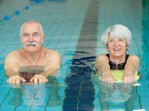 seniori, bazén, rekreácia, oddych, dovolenka, radosť