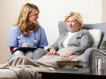 dôchodkyňa, opatrovanie, sestrička, úsmev