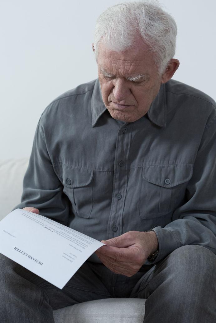 muž, senior, čítanie, papier, sústredenie